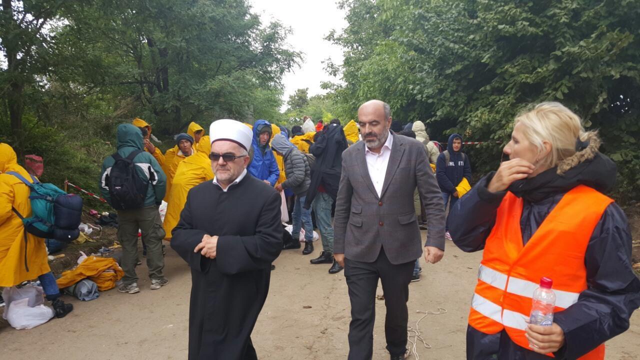 Muftija Dudić je sa delegacijom prošao trasu kuda prolaze migranti i došao do graničnog prijelaza sa Hrvatskom, kako bi se uvjerio u pravo stanje u kojem se nalaze migranti.